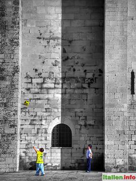 Trani: Ballspiel an der Kathedrale