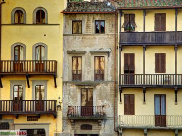 Arezzo: Häuser auf der Piazza Grande