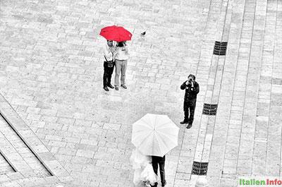 Matera: Brautpaar im Regen