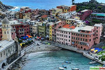 Vernazza: Bunte Häuser am Hafen