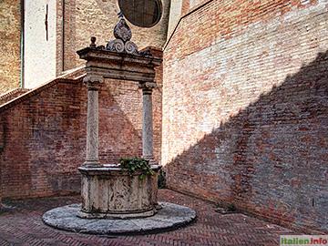 Siena: Haus der hl. Katharina - Brunnen im Hof