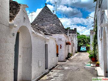 Alberobello: Parkplatz zwischen den Trulli