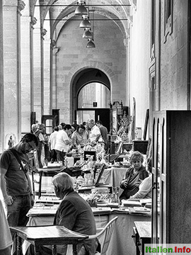 Lecce: Antiquitätenmarkt im Convento dei Teatini
