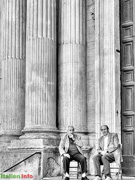 Lecce: Konversation vor der Kirche Santa Teresa