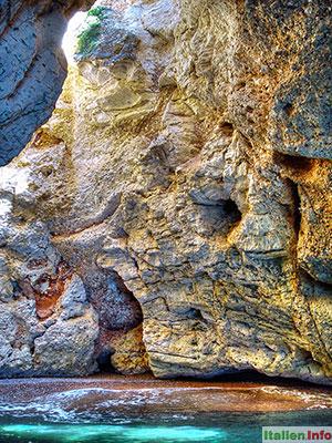 Vieste: Gargano - Höhle in der Steilküste