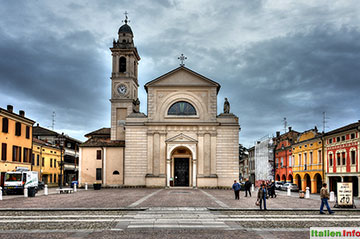 Brescello: Kirche auf der Piazza Matteoti