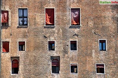 Ferrara: Castello Estense - Fenstervielfalt
