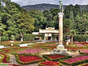 Triest: Schloss Miramare - Blumenbeete im Schlosspark