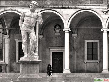 Udine: Hercules-Statue auf der Piazza Libertà
