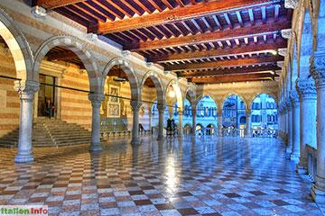 Udine: Loggia del Lionello - abendliche Beleuchtung