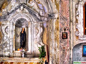Maierà: Renovierungsbedürftige Kirche