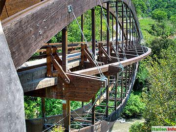 Papasidero: Brücke über den Fluss Lao