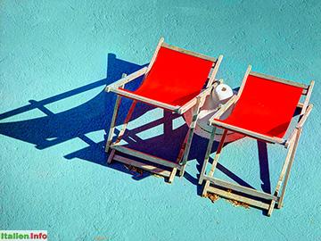Sanremo: Liegestühle am Strand