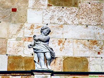 Cremona: Domfassade - kleiner Engel