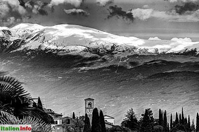 Gardone Riviera: Kirchturm mit Monte Baldo