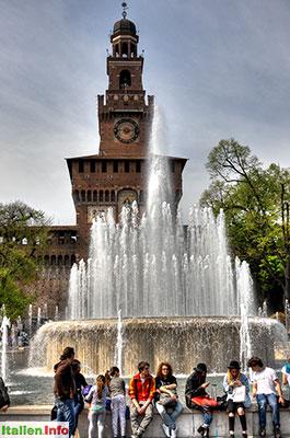 Mailand: Brunnen vor dem Castello Sforzesco