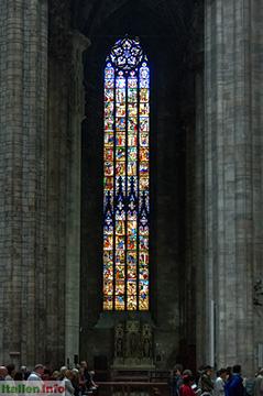 Mailand: Dom - riesiges farbenprächtiges Glasfenster