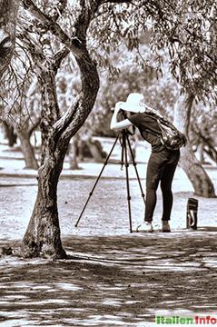 Agrigent: Konzentrierte Fotografin