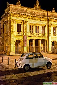 Noto: Teatro Tina Di Lorenzo mit Fiat 500
