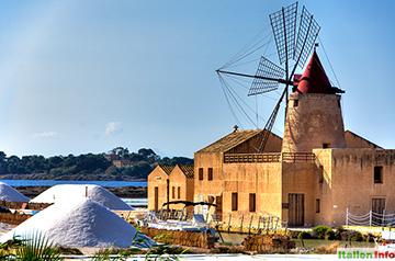 Trapani: Salzhügel neben alter Windmühle