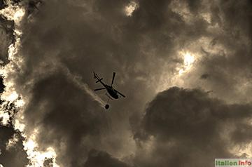 Gaiole in Chianti: Löschhubschrauber im Einsatz