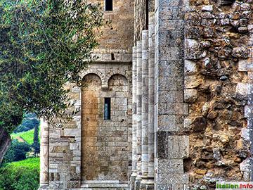 Montalcino: Abbazia di Sant´Antimo - Außenmauern