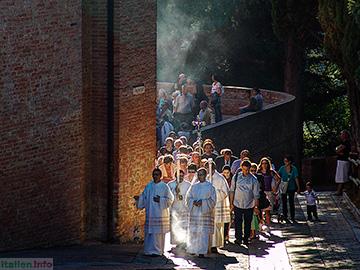 Asciano: Abbazia di Monte Oliveto Maggiore - Prozession