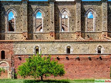 Chiusdino: Abbazia San Galgano - gotisches Gemäuer