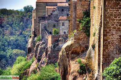 Pitigliano: Häuser auf mächtigen Felsen