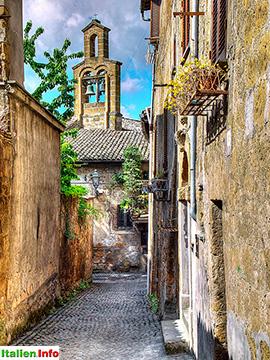 Orvieto: Gasse mit Glockenturm
