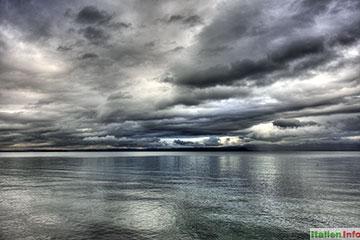 Bardolino: Regenwolken über dem Gardasee