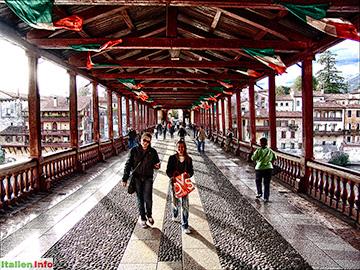 Bassano del Grappa: Ponte degli Alpini - auf der Brücke