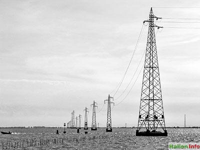 Venedig: Strommasten in der Lagune