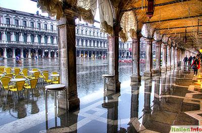 Venedig: Markusplatz - Acqua Alta unter den Arkaden