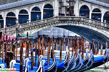 Venedig: Gondeln vor der Rialtobrücke